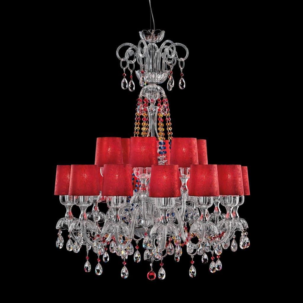Lampe à suspension en structure en métal cristal sculpté avec finition chromée, diffuseurs en tissu rouge et Pendentifs multicolores Swarovski Elements. Disponible dans des variantes dimensionnelles et de couleur. Catalogue d'opéra classique.